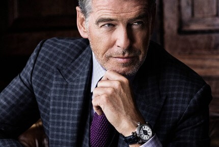 Pierce Brosnan porte à son poignet une iconique montre de la collection J-Class : La Velsheda. © Speake-Marin
