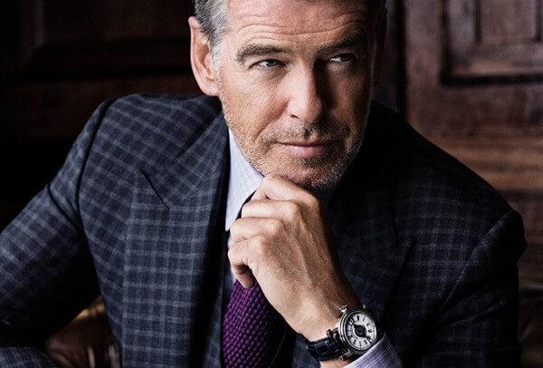 Pierce Brosnan porte à son poignet une iconique montre de la collection J-Class : La Velsheda. © Speake-Marin