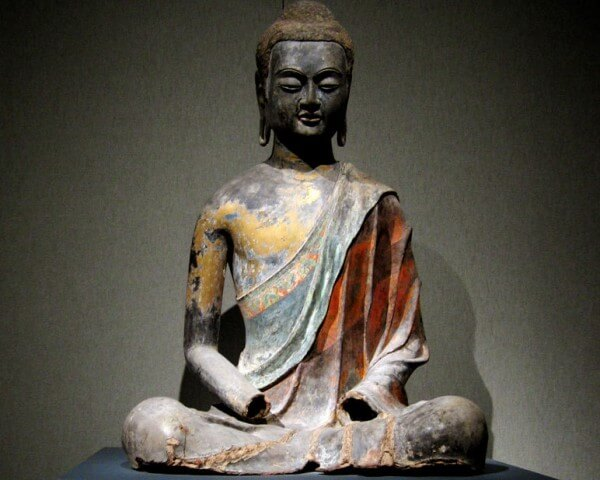 Bouddha assis laqué, dynastie Tang, Chine. vers 650. Laque contenant des traces de pigments dorés et polychromes © Xuan Rosemaninovich