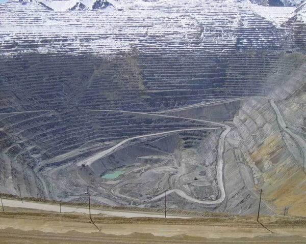 La mine Bingham Canyon dans l'Utah, la plus grande au monde jamais creusée par l'homme, produit quotidiennement 1'400 onces de métal jaune par jour (43,4 kg) © DR