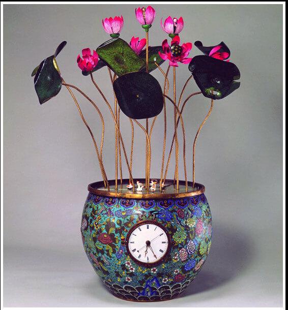 Horloge pot de fleur en éclosion