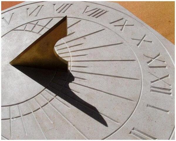 Cadran solaire horizontal en pierre avec gnomon en laiton © Timm Delfs