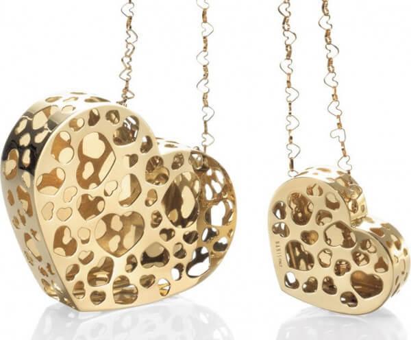 Les motifs de cœur découpés à l'emporte-pièce et les maillons en forme de cœur reprennent le motif central de ce pendentif en or de Nanis.