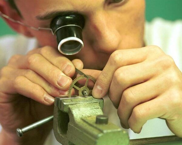 Repairing watches and clocks requires specific skills © CPIH