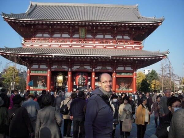 Pascal O. Ravessoud, Directeur Développement pour la FHH, prend la température de l'horlogerie de luxe au Japon (temple de Asakusa, Tokyo) © FHH