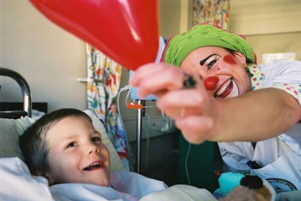 La Fondation Théodora s'occupe de rendre le sourire aux enfants qui passent beaucoup de temps à l'hôpital © Fondation Théodora