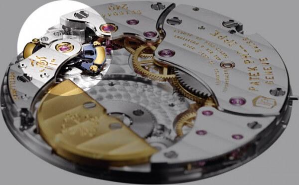 Le Gyromax® est bien visible sur ce calibre extra-plat à remontage automatique 240 Q Si © Patek Philippe