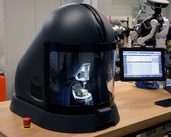 Développée par la HE-Arc Ingénierie, la Micro5 est une CNC 5 axes pas plus grande qu'une machine à café de 35 kg.