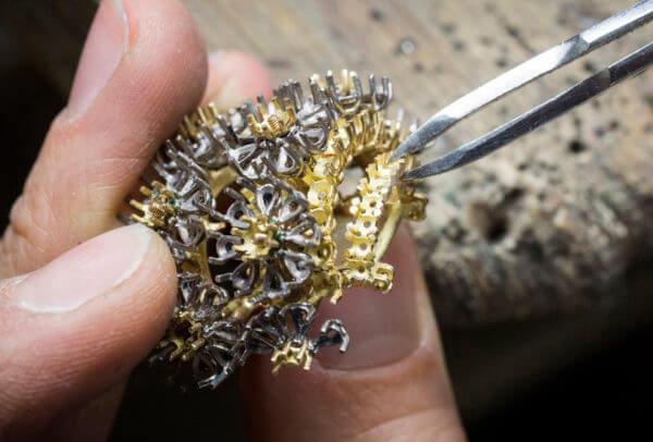 Montre Pâquerette (travail de joaillerie, assemblage) © Van Cleef & Arpels