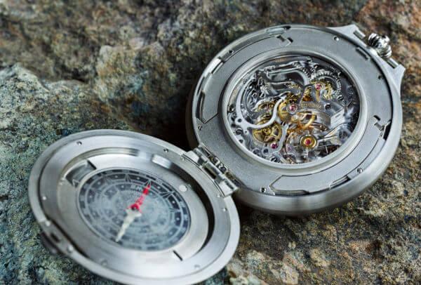 Le modèle 1858 Pocket Watch Limited Edition peut se transformer en boussole. Il s'inscrit dans les montres à usage militaire ou de montagne réalisées par Minerva dans les années 1930.