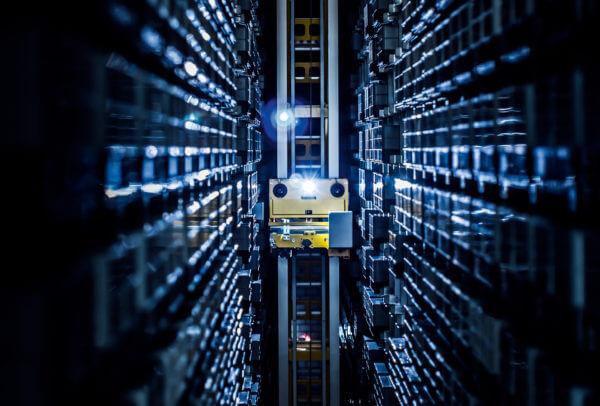 Zone de stockage automatisée de la nouvelle usine Omega à Bienne