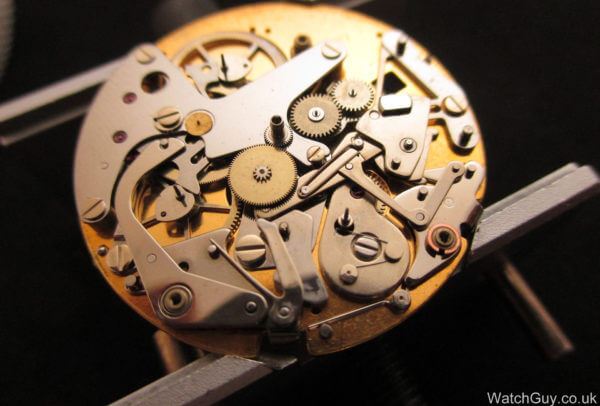 Sans la platine supérieure, le module expose ses roues, leviers et pignons