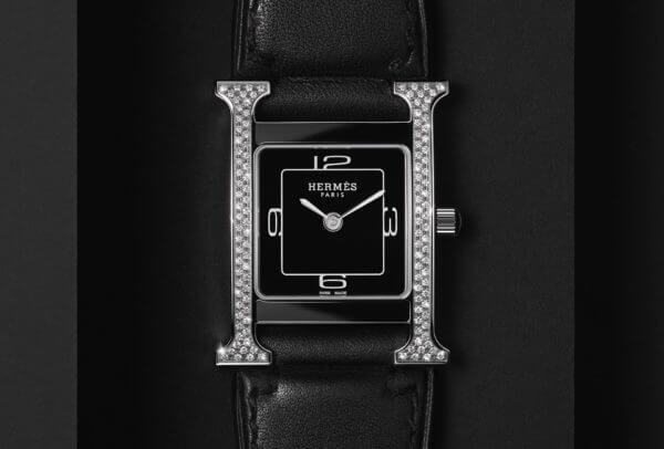 Hermès Heure H Double Jeu en sertissage vertical et bracelet noir © Maud Remy Lonvis