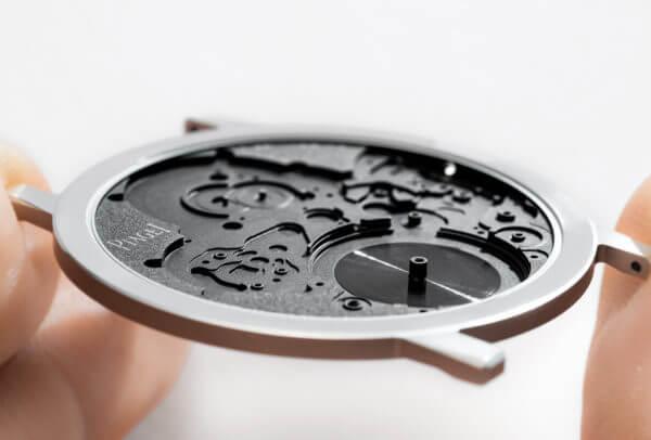 La Piaget Altiplano Ultimate Concept ne mesure que 2 mm d'épaisseur, record absolu pour une montre complète. Le fond fait ici office de platine.