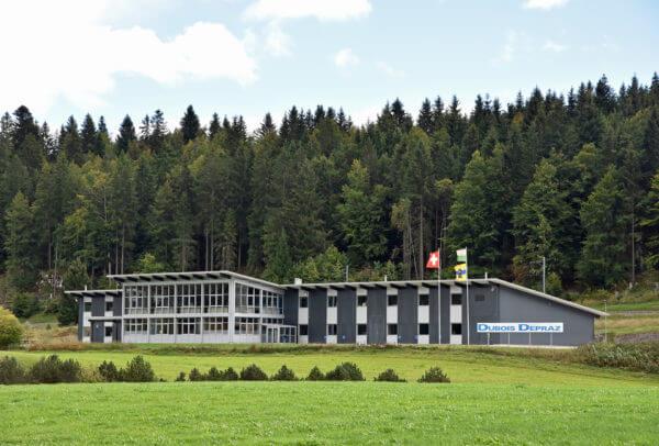 Construite en 2002, l'usine de La Combe, à l'entrée du Lieu, est dédiée à la production des composants, hormis les pièces de décolletage – pignons et roues – réalisées à Arch, dans le canton de Berne.