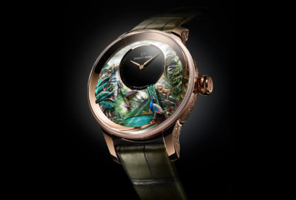 Cette Jaquet Droz Tropical Bird Repeater est une montre d'esthète éditée à 8 exemplaires uniques. Sept automates animent cette répétition minutes : le paon, les feuilles tropicales, le colibri, le toucan, les libellules et la cascade. Réserve de marche de 60 heures. Diamètre de 47 mm.