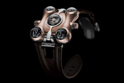Composé de 475 éléments, le calibre tridimensionnel de la MB&F HM6 affiche les heures et les minutes sur deux indicateurs semi-sphériques en aluminium.