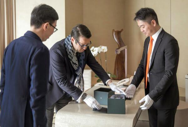 François-Henry Bennahmias (CEO d'Audemars Piguet) et Richard Liu (fondateur de JD.com) remettant la montre à l'acheteur