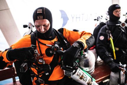 Un plongeur de Healthy Seas s'apprête à sortir de la mer Adriatique des filets de pêche abandonnés ou jetés. Il porte à son poignet la Superocean Outerknown de Breitling